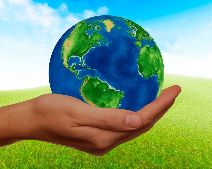 Mano sujetando el planeta Tierra