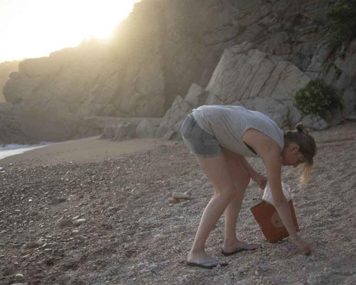 Elena recogiendo basura en la Costa Brava