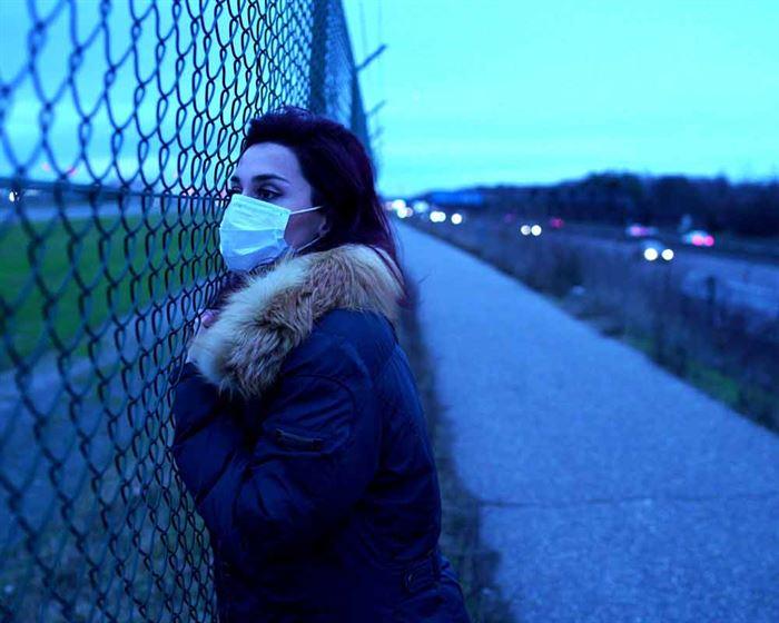 Mujer mirando con mascarilla
