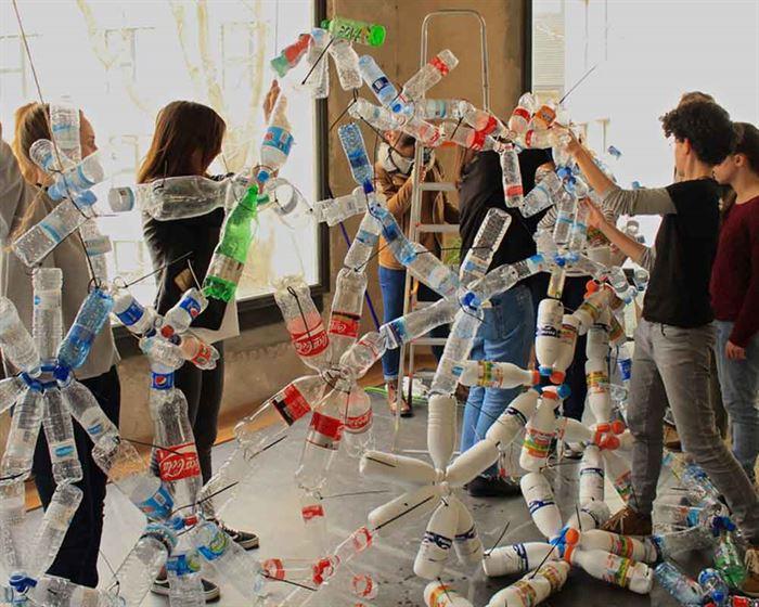 Escultura residuos plástico Taller MediLab 2017